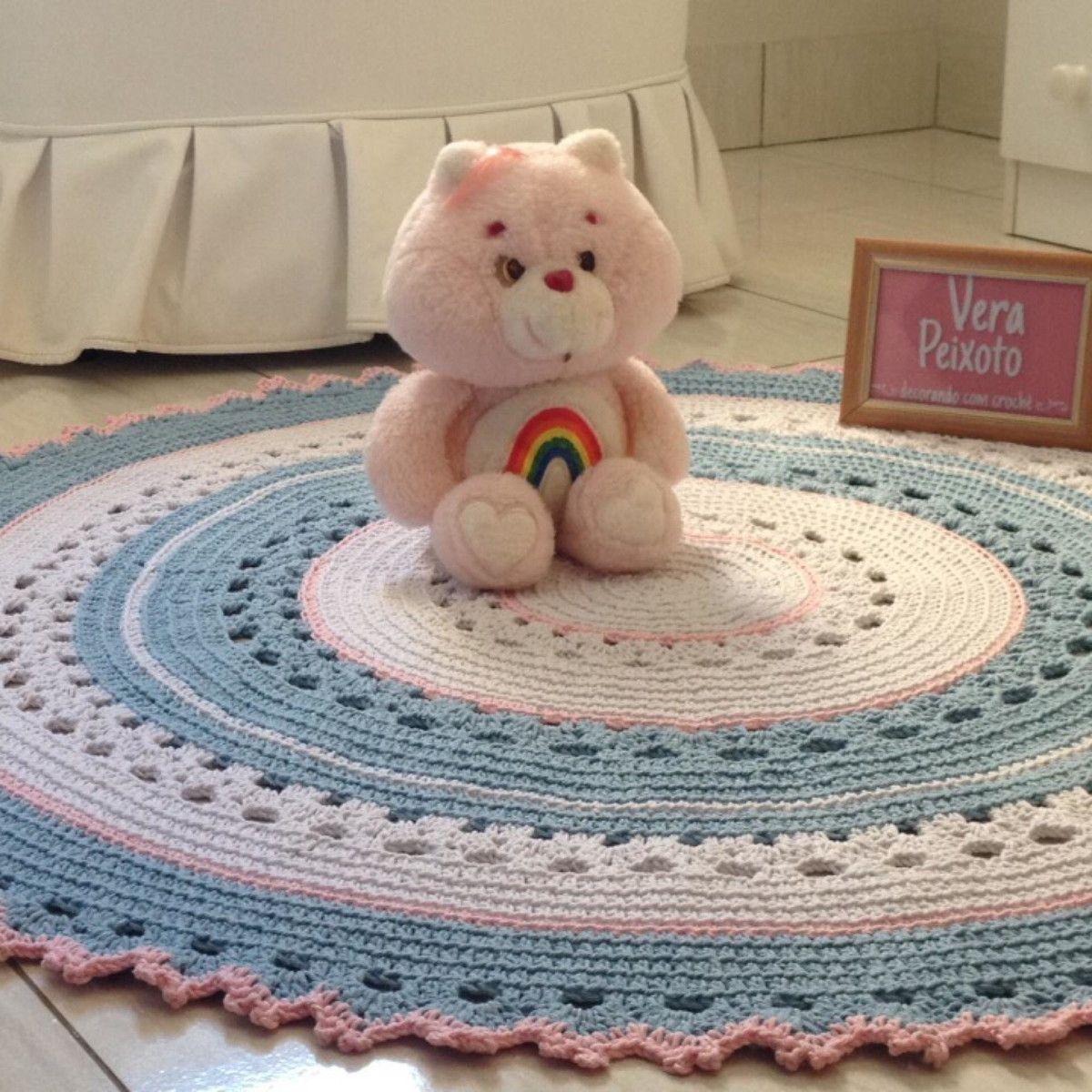 Lindo tapete barbante colorido 100% algodão, lindo para decorar quarto infantil , pode ser feito em outras cores (3 cores), de acordo com seu gosto ou a decoração do quarto. Pode ser feito em outras dimensões tb. Em caso do pedido em outras cores confirmar se tem as cores em estoque.