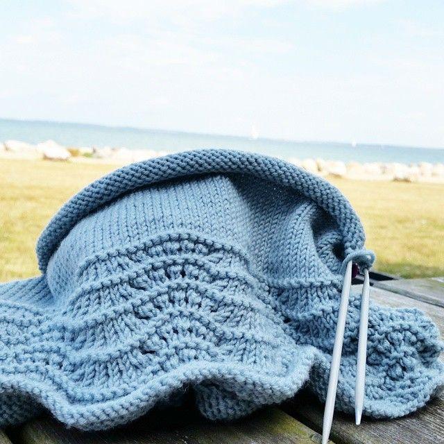 ~Ferie~Danmark~ Ikke mye strikking, men bittelitt har det da blitt :) #strikk#strikking#strikket#strikkedilla#knitinspo123#knitting_inspiration#strik#sticka#dropsgarn#knit#knitting#knitted#knittersofinstagram#knitstagram#instaknit #handmade#strikke#feriestrikk#havskummønster