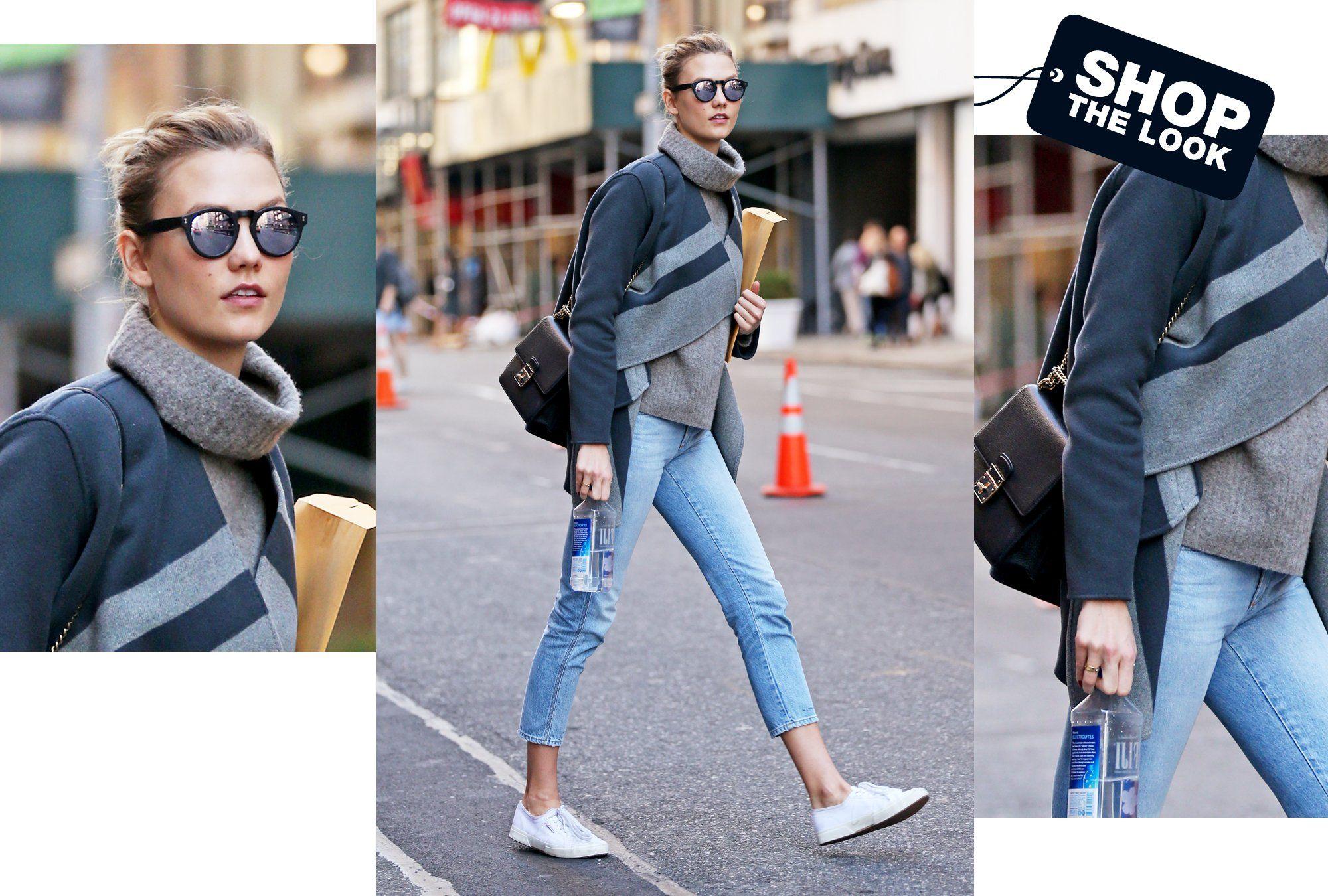 Rollkragenpullover, Schalmantel und weiße Sneaker: Karlie Kloss' Styling für sonnige Herbsttage