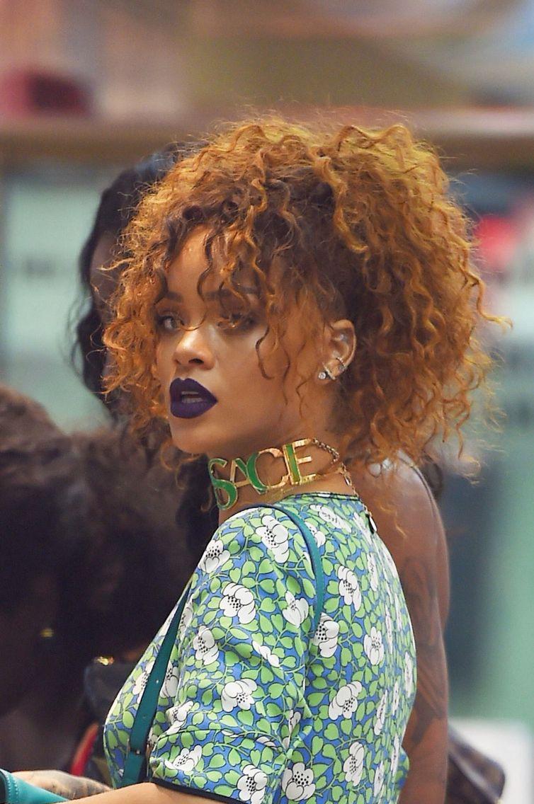 rihanna's curly hair | r i r i | rihanna curly hair, rihanna