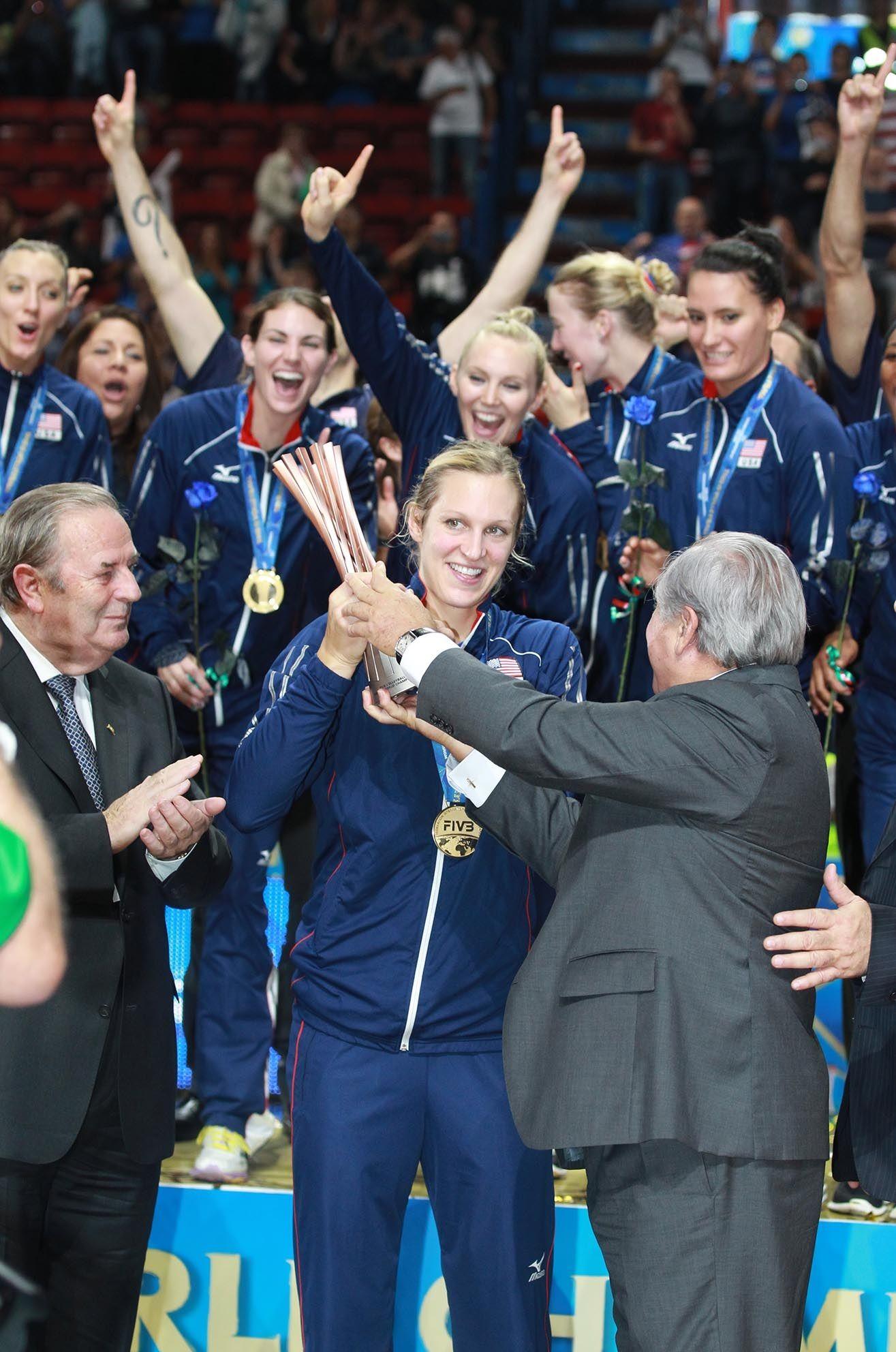 Il trofeo delle campionesse dei Mondiali, gli Stai Uniti