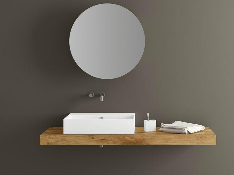 wei es waschbecken auf holzoberfl che zieht den blick auf sich runder spiegel badezimmer. Black Bedroom Furniture Sets. Home Design Ideas