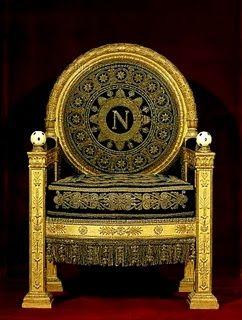 Een van Napoleon's stoelen, nu in het Louvre in Parijs. Op de stoel kan je duidelijk de N zien, die natuurlijk van Napoleon komt.