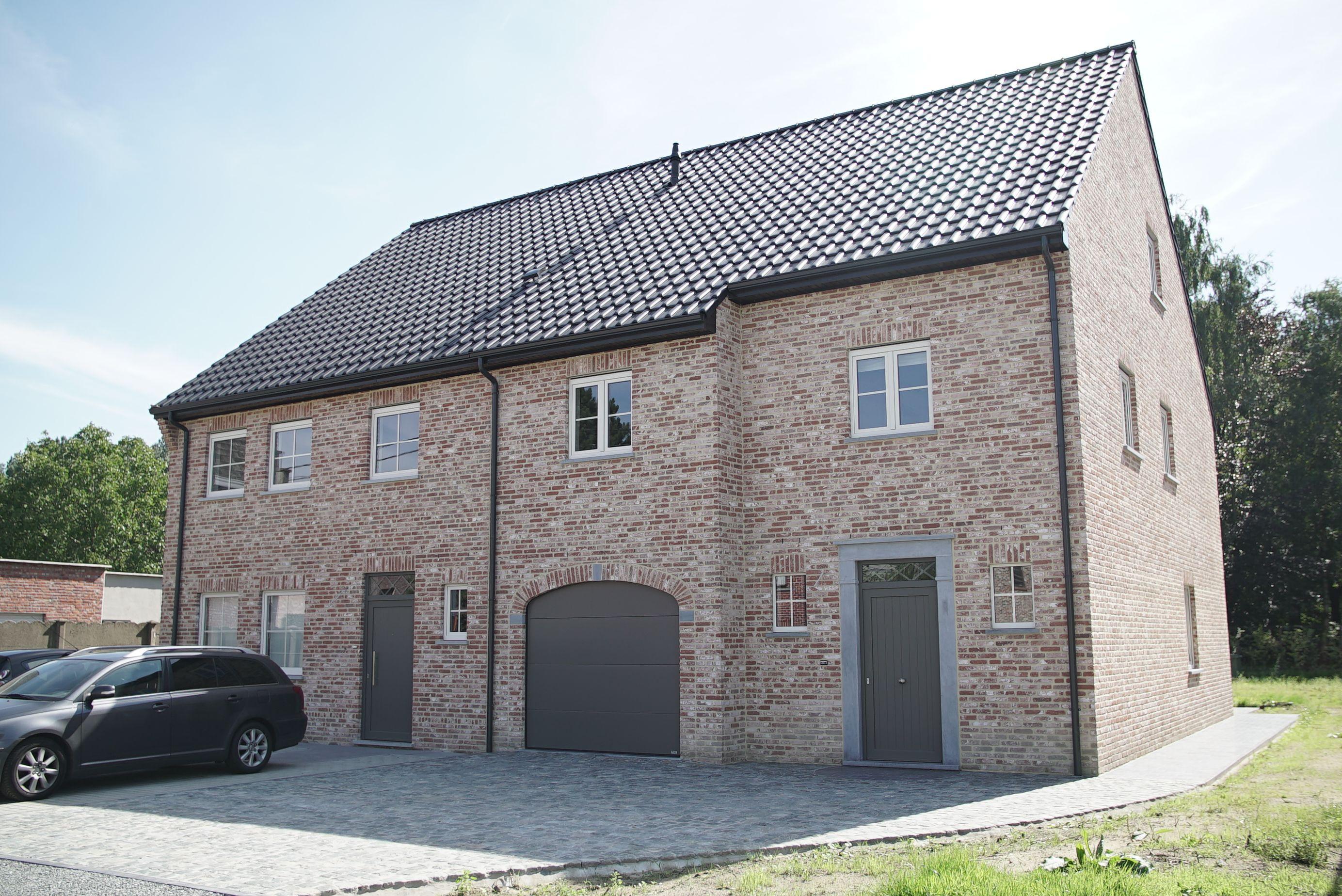 Landelijke sleutel op de deur nieuwbouw woningen met oprit garage terras en ruime tuin - Terras eigentijds huis ...