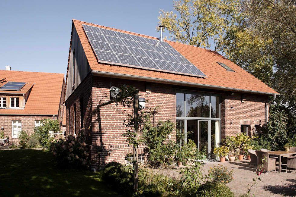 Ehemalige scheune mit neuem dach und photovoltaikanlage