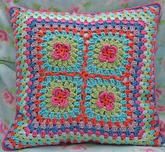 Flower Granny square cushion | Crochet Inspiration (Items, Yarn ...