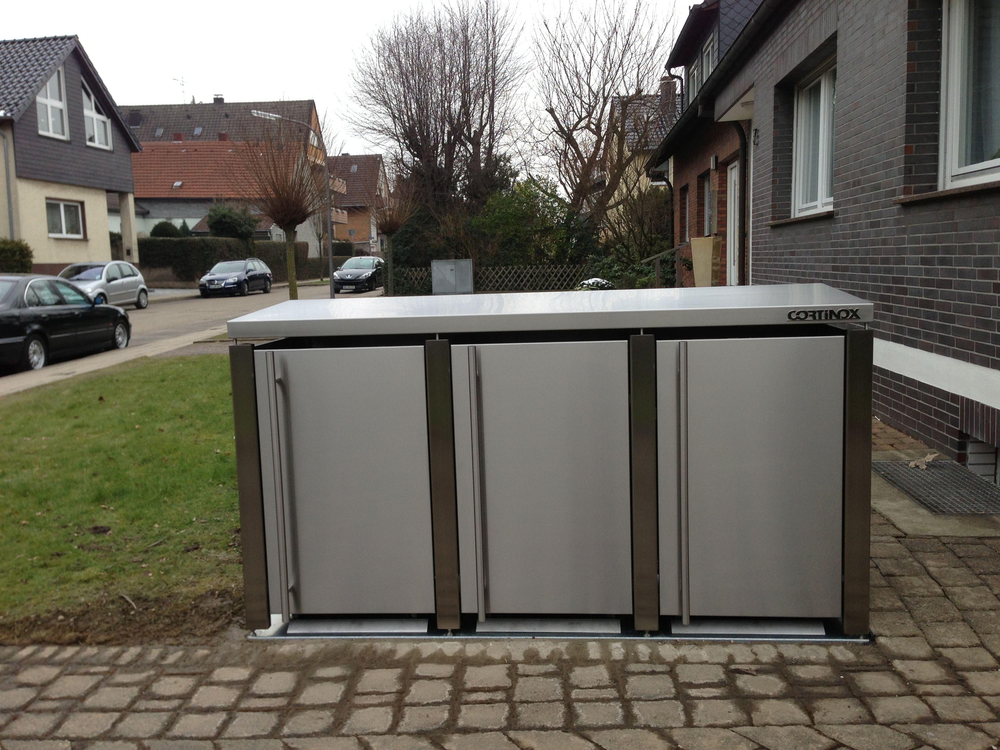 Mülltonnenbox mit türhohen Edelstahl-Griffstangen und Magnetverschluß