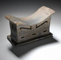 CULTURA GUANGALA. Algunos espacios están reservados para aquellos quienes son dignos de utilizarlos. El trono, la silla ritual, está destinado sólo a aquel quien cubierto por el manto divino está.