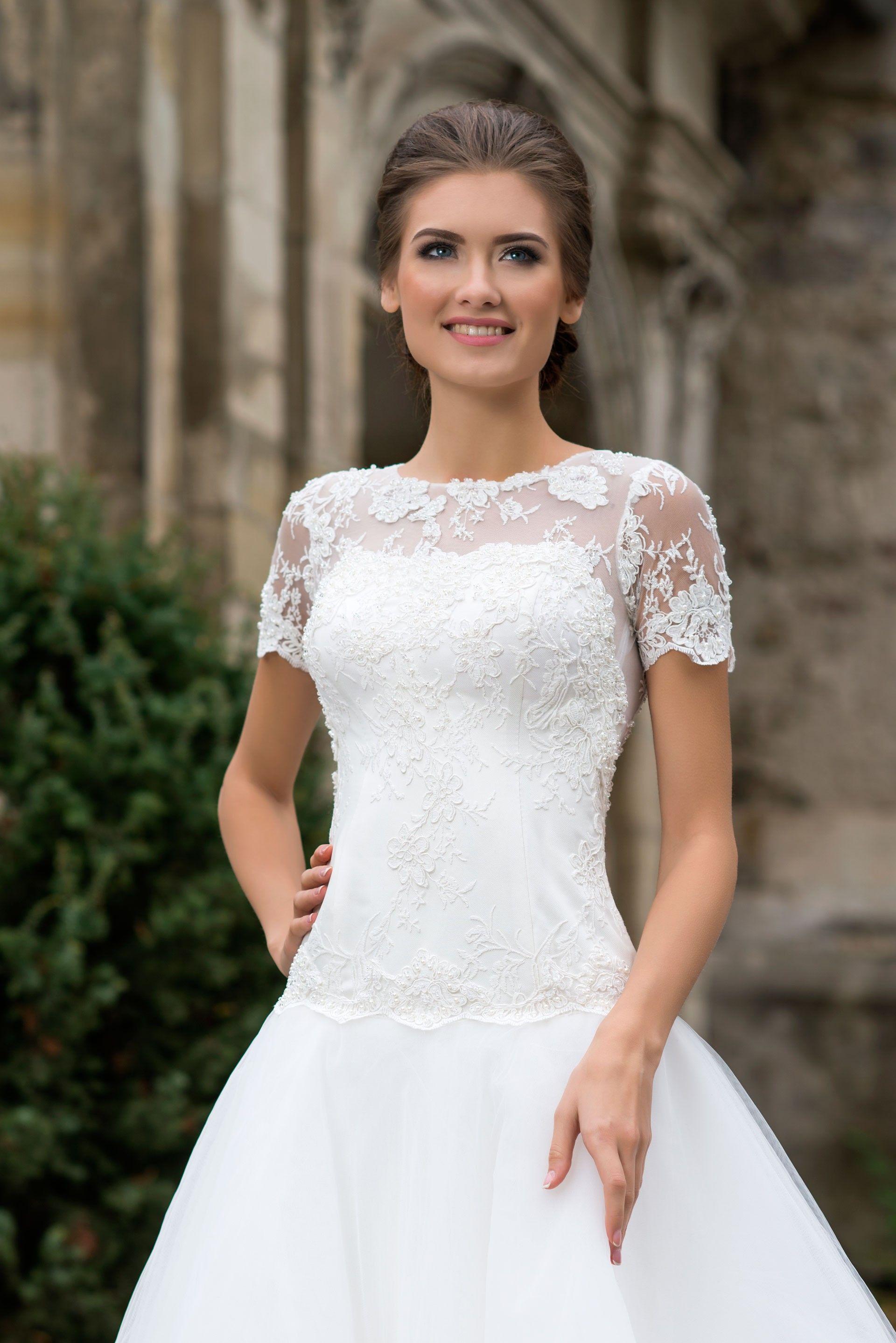 16286b54080c Nádherné svadobné šaty so širokou sukňou s dlhou vlečkou a krajkovaným  živôtikom