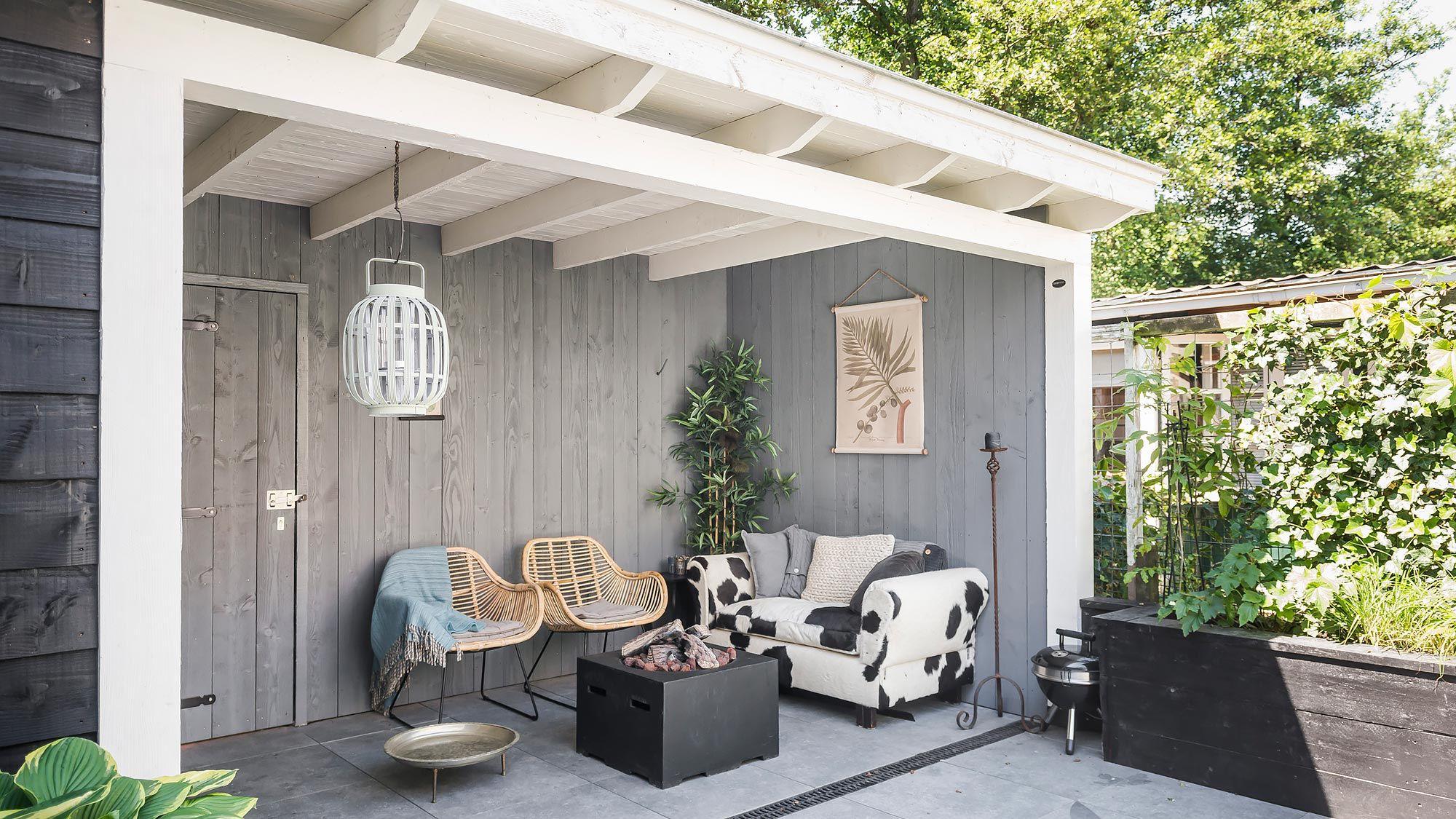 Veranda van douglas hout in grijs en wit met mooie vtwonen tegels