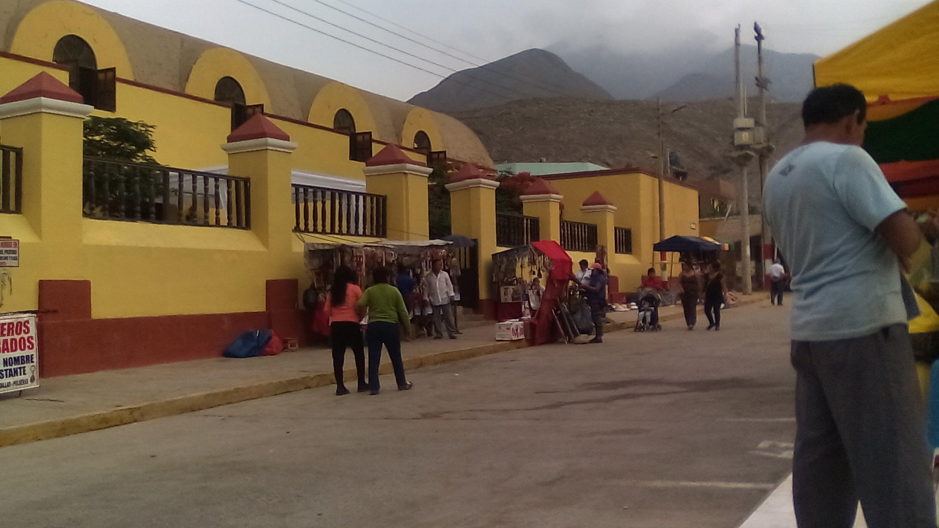 La Iglesia Matriz de Calango vista desde un ángulo diferente, se puede observar a los pobladores y también a vendedores, que aprovechando la fiesta patronal de la Candelaria ofertan sus productos de artesanía.
