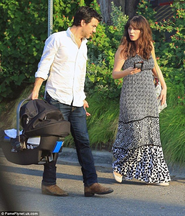 Zooey Deschanel Enjoys Day Out With Her Husband And Newborn Daughter In 2021 Zooey Deschanel Style Zooey Deschanel Emily Deschanel Husband