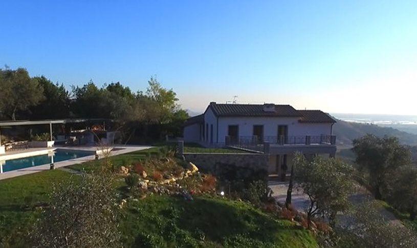 Corsanico è un piccolo centro abitato tra Pietrasanta e Massarosa sulle colline di Lucca, aperto sull'immenso orizzonte del Mar Tirreno e sul noto lago di Massaciuccoli. Secondo un'antica tradizione, il paese fu fondato da un gruppo di corsari che sbarcarono sulla costa per cercare rifugio.
