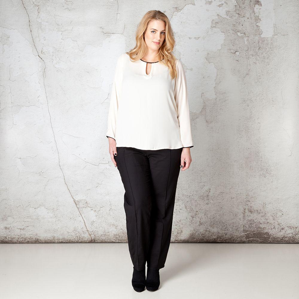 Zowel de ronde hals als de uiteinde van de mouwen van deze feestelijke blouse zijn omzoomd met een fraaie bies in lederlook. Aan de voorzijde is een k... Bekijk op http://www.grotematenwebshop.nl/product/blouse-van-x-two-voor-vrouwen-met-grote-maten-24/