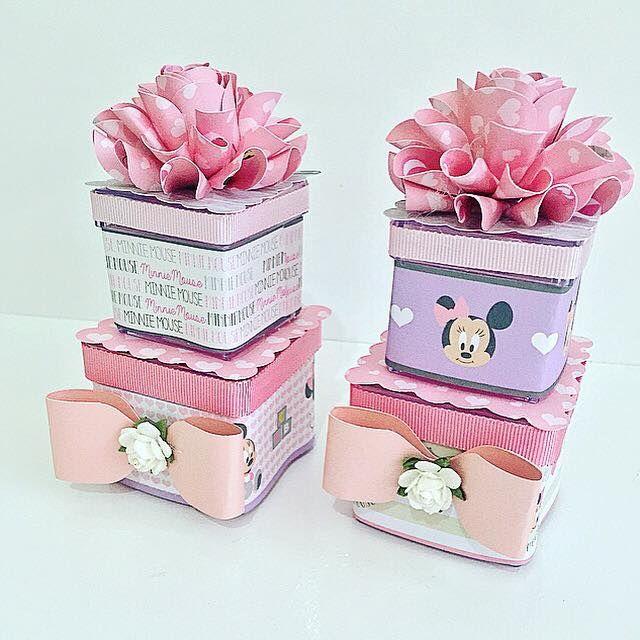 caixa acrilica dupla decorada com flor de papel feita com furador flor helice e papéis decorados licenciados Disney tema baby minnie