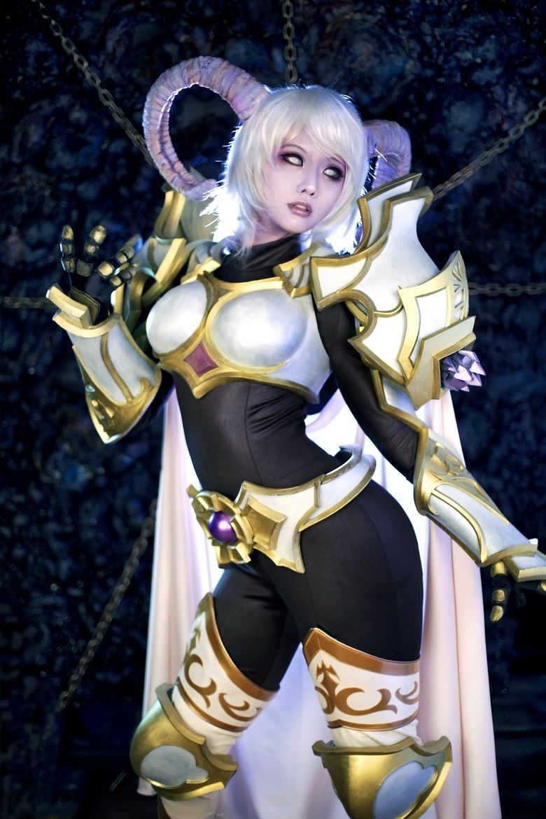 World Of Warcraft Fans Meet Yrel The Draenei Paladin In Real Life