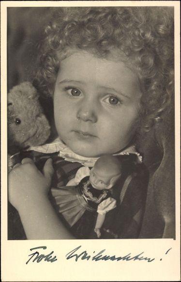 Foto Ak Ansicht eines Kindes mit Teddy und Puppe, Locken
