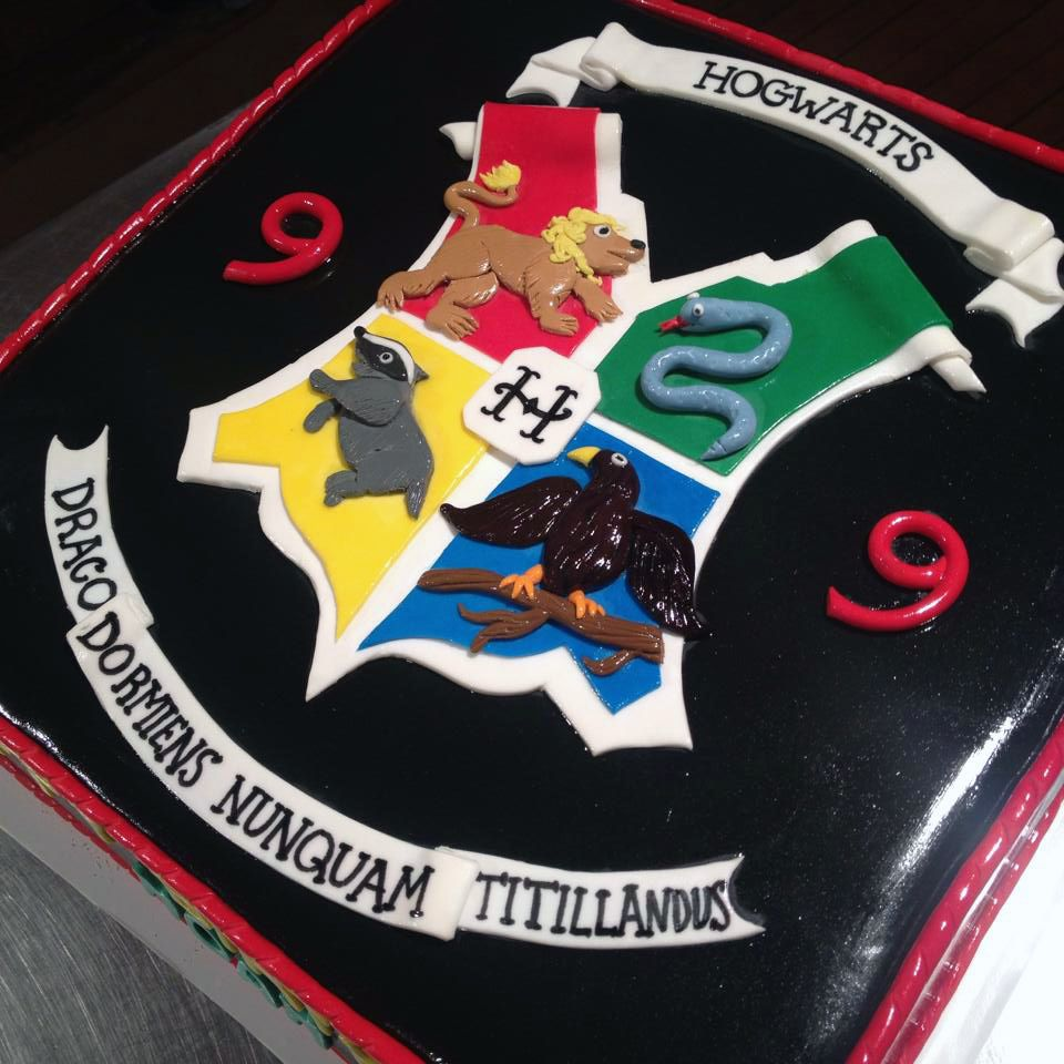 Harry Potter Hogwarts crest cake!