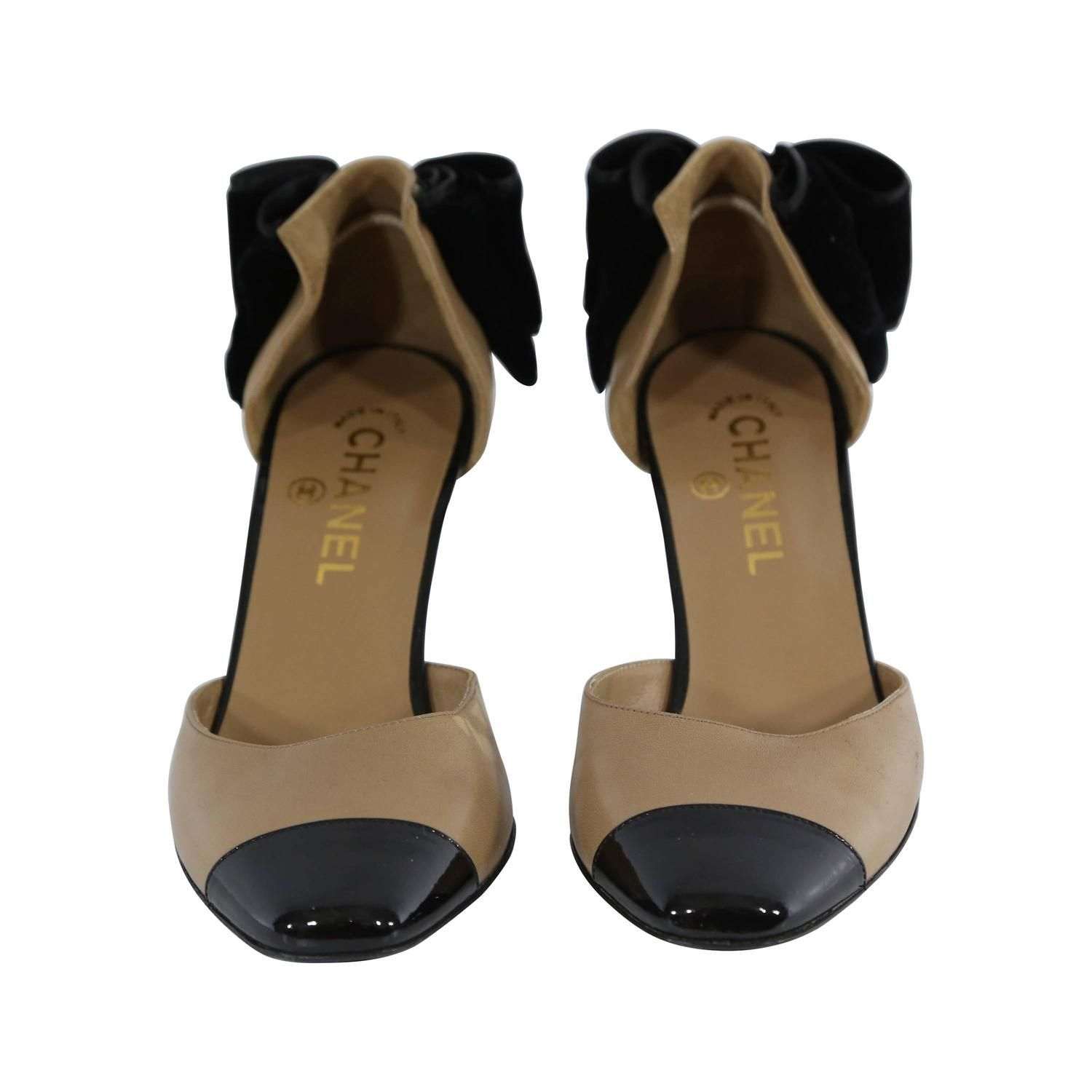 Chanel Beige Leather Pumps With Black Bows | See more vintage Shoes at https://www.1stdibs.com/fashion/accessories/shoes in 1stdibs