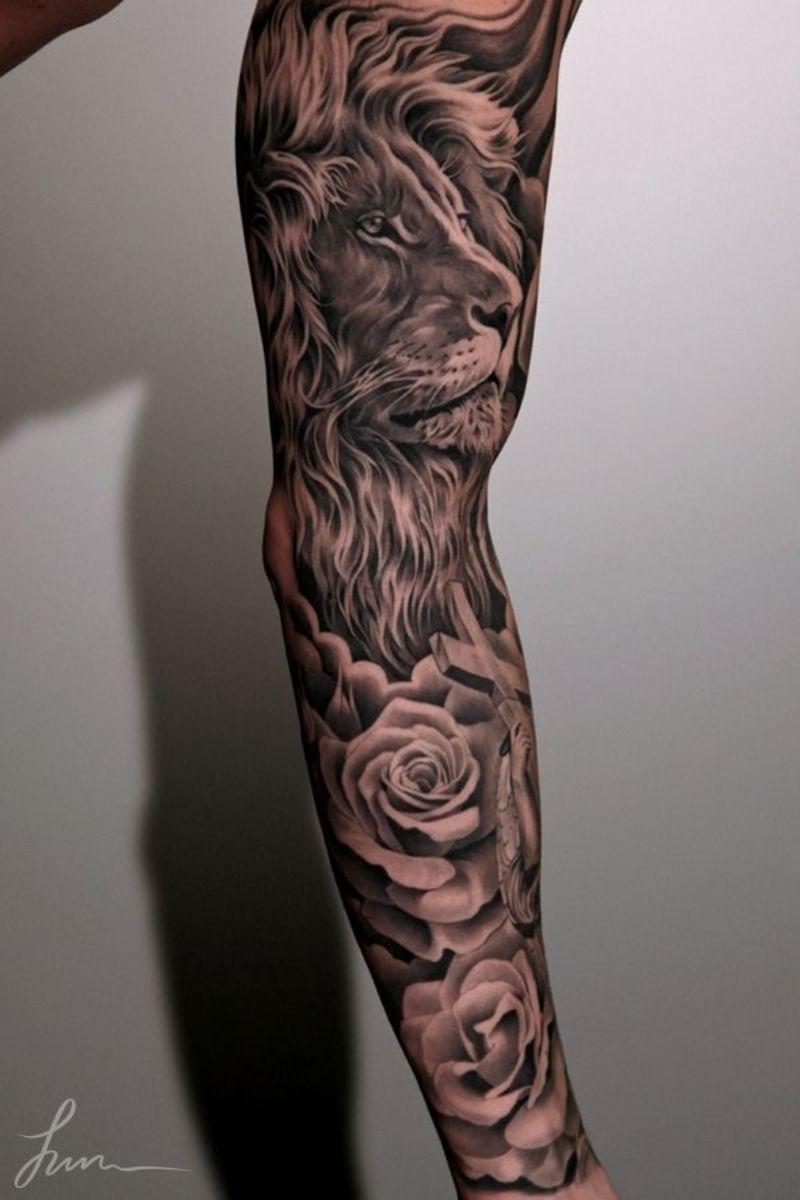 tatouage bras homme hyperréaliste en noir et gris, lion