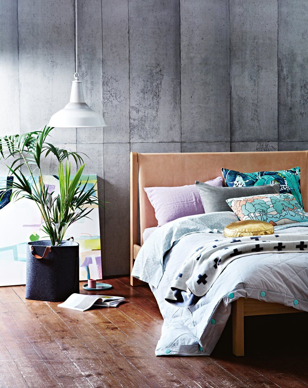 Charmant Schlafzimmer: Fototapete, Sichtbeton, Bett, Holz, Leder, Pflanze, Lampe,