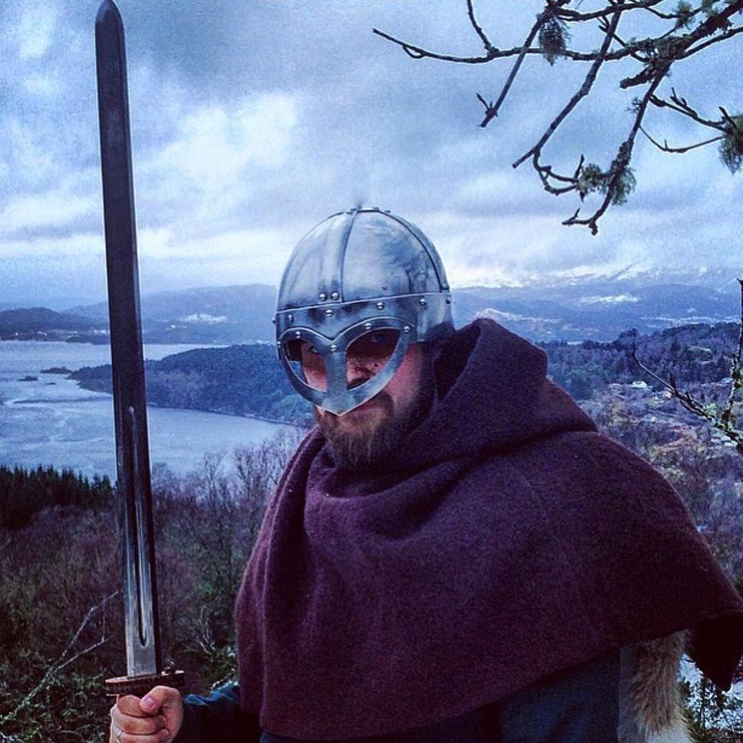 @horda_hersir : En ekte norsk viking med viking hette fra Klesarven og kopi av sverd og hjelm funnet i Norge⚔️ #skjoldehamnhood #vikingstyle #vikinghood #norse #norseman #norsemen #norsehelmet #vikings #norsk #norskdesign #norskkulturarv
