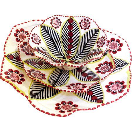 Dieses handgefertigte und -bemalte Set besteht aus zwei Tellern und einer Schale. Es ist aus Keramik und besticht durch sein farbenfrohes Muster, das Boho-Ch...