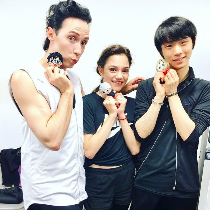 Johnny, Evgenia, and Yuzuru con peluches de personajes de Yuri on Ice.