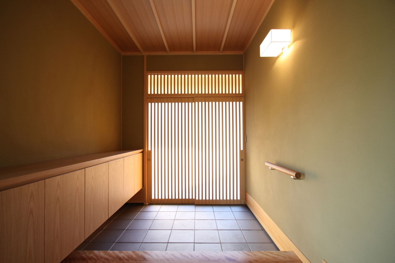 玄関ドアは木製の引き戸で 木の質感が上品な玄関になっています ホーム インテリア 和モダン 玄関ホール 玄関 玄関 和風