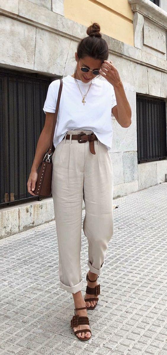 10 combinações versáteis que salvam o dia de correria. T-shirt branca, calça de alfaiataria bege com cinto marrom, sandálida de tiras