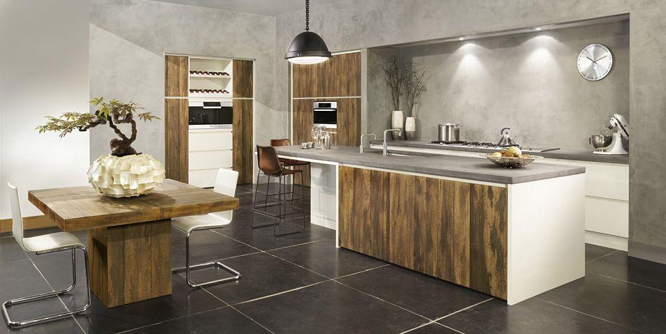 Aanbieding van showroomkeuken van ruw hout strakke fronten