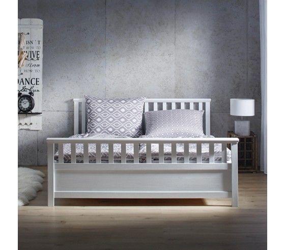 Holzbett weiß landhaus  Stilvolles Bett im Landhausstil in Weiß - ein Ort zum Wohlfühlen ...