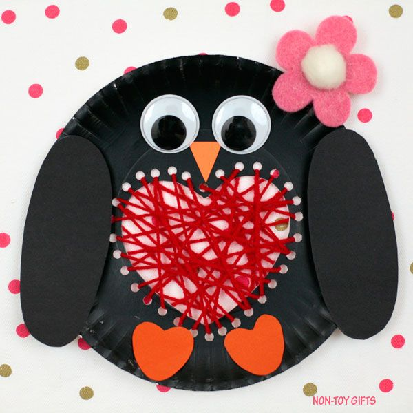 Paper plate penguin with a yarn heart : paper plate penguin craft - pezcame.com
