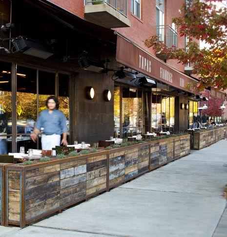 Separadores Con Plantas Restaurante Exterior Terraza Restaurant Diseno De Tienda De Cafe