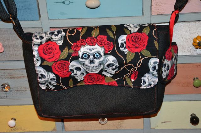 "CheRRy's World: Messenger Bag ""Totenkopf"""