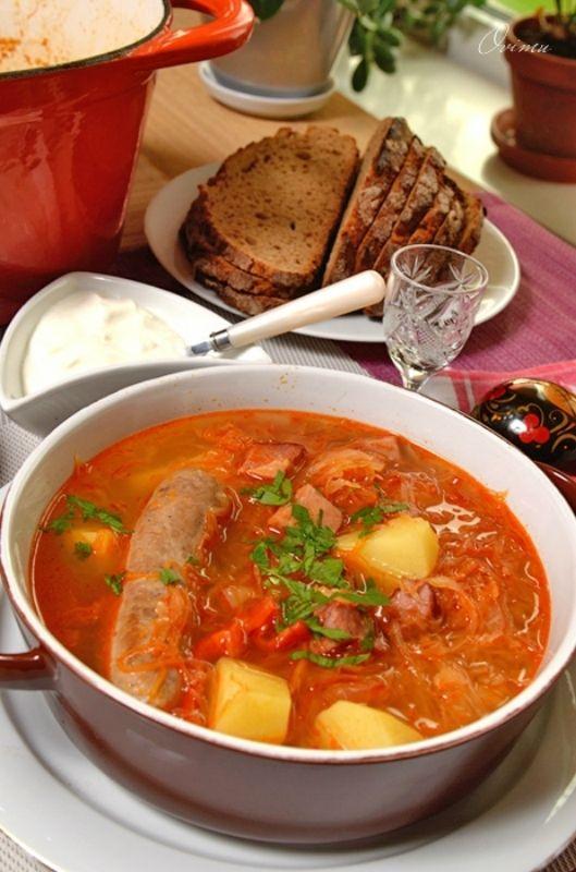 Зимний супчик или европейские щи..... Вот эти ингредиенты нам понадобятся : Говяжий бульон 2-3 литра Копченое мясо 200 -300 грамм Колбаски, здесь вы можете взять как копченые так и свежие Кислой капусты 300 грамм Перец салатный Паприка красная молотая сладкая, в лучшем варианте копченая Немного молотого тмина * факультативно* Средних размеров луковица Картофель 300 грамм Смалец, масло, растительное масло, выбор по желанию