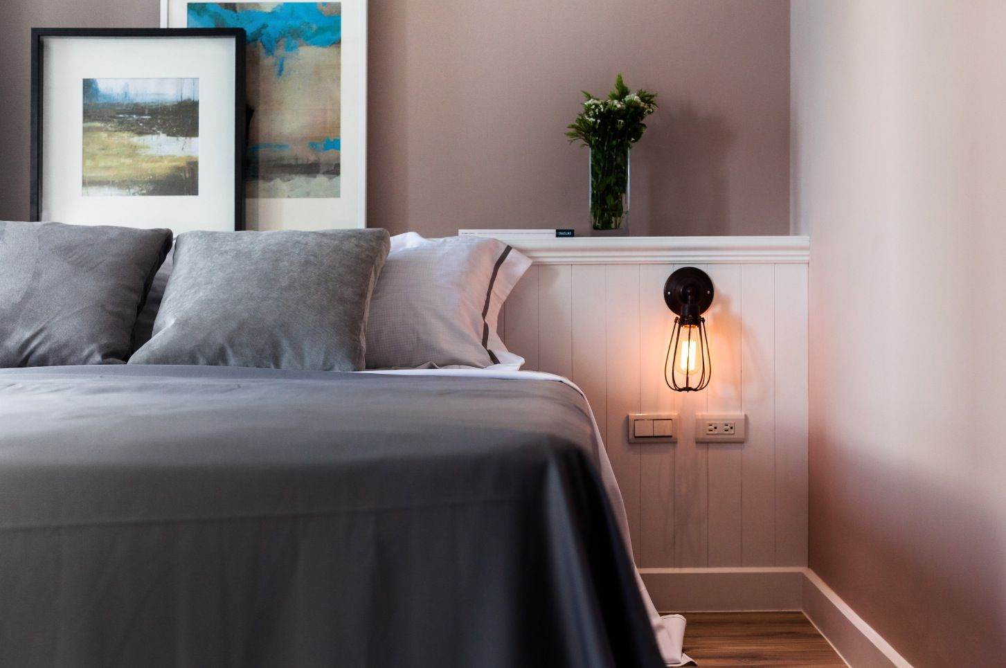 http://www.tuiwoa.com/wp-content/uploads/2014/02/contemporary-Apartment-bedroom-interior-decor-with-bedside-bulb-lamp-and-grey-duvet-comfort...