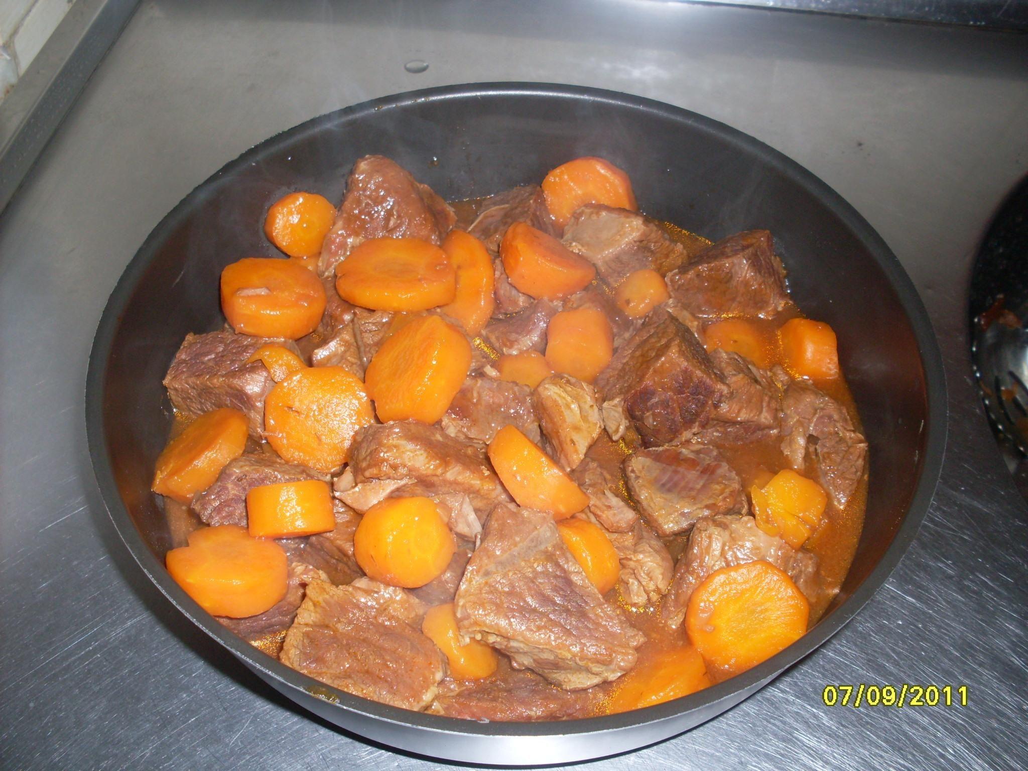 1,5 kg de carne alcatra, patinho ou picanha, cortada em cubos de aproximadamente 4 cm  - 1 garrafa peq ou lata de cerveja preta  - 1 pacote de creme de cebola  - 1 caixa de molho de tomate (pomarola) 520 g  - 1 cubo de caldo de carne  - Sal a gosto  -