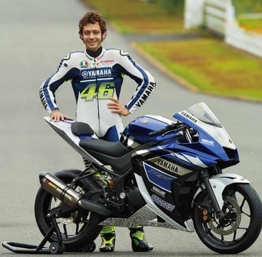 """R25 hießt der 250er Zweizylinder den Yamaha auf der Tokyo Motorshow vorstellt. Testfahrer Rossi war zufrieden mit dem """"Alle-Tage Superbike"""". Ob und wann der 250er Supersportler in Serie geht ist derzeit unbekannt."""
