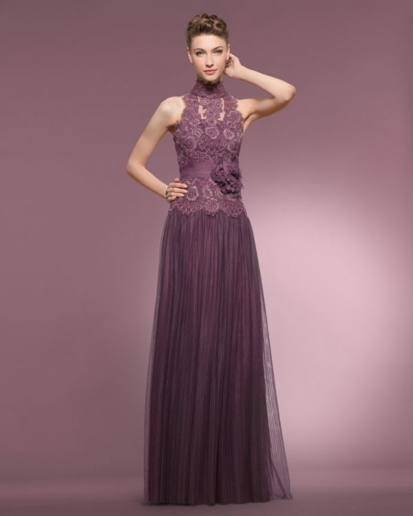320509226 (Foto 1 de 16) Vestido para madrina de boda en color berenjena con cuerpo  de encaje y escote tipo halter. Imagen Couture Club by Rosa Clara