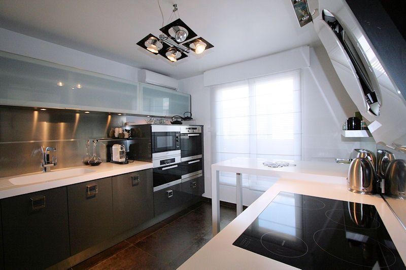 une cuisine contemporaine, gris foncé, noir et blanc | Home ...