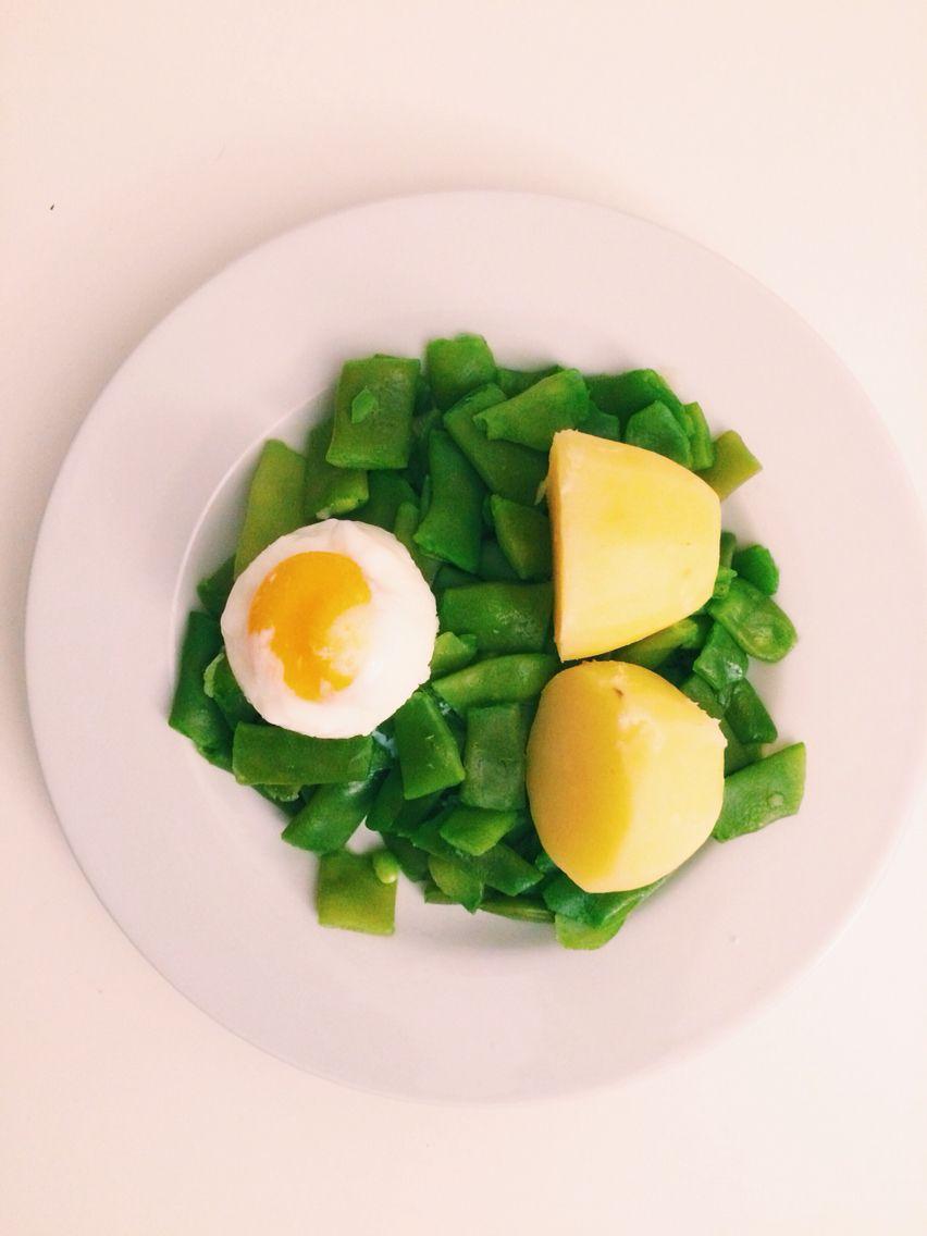 Judía verde patata y huevo hecho en el microondas