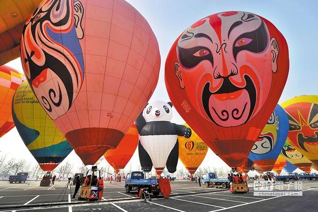 2013年11月15日,大陸熱氣球公開賽在常州舉行。圖為參賽熱氣球在賽前做準備。(新華社)