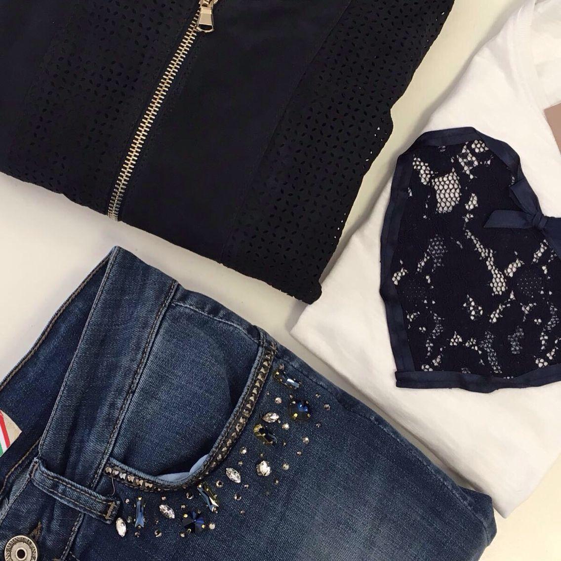 Jeans con strass, giubbino di pelle e T-shirt con cuore! Spediamo in tutta Italia!!✉️ Per informazioni contattateci qui o su whatsapp al numero 333.1422451.