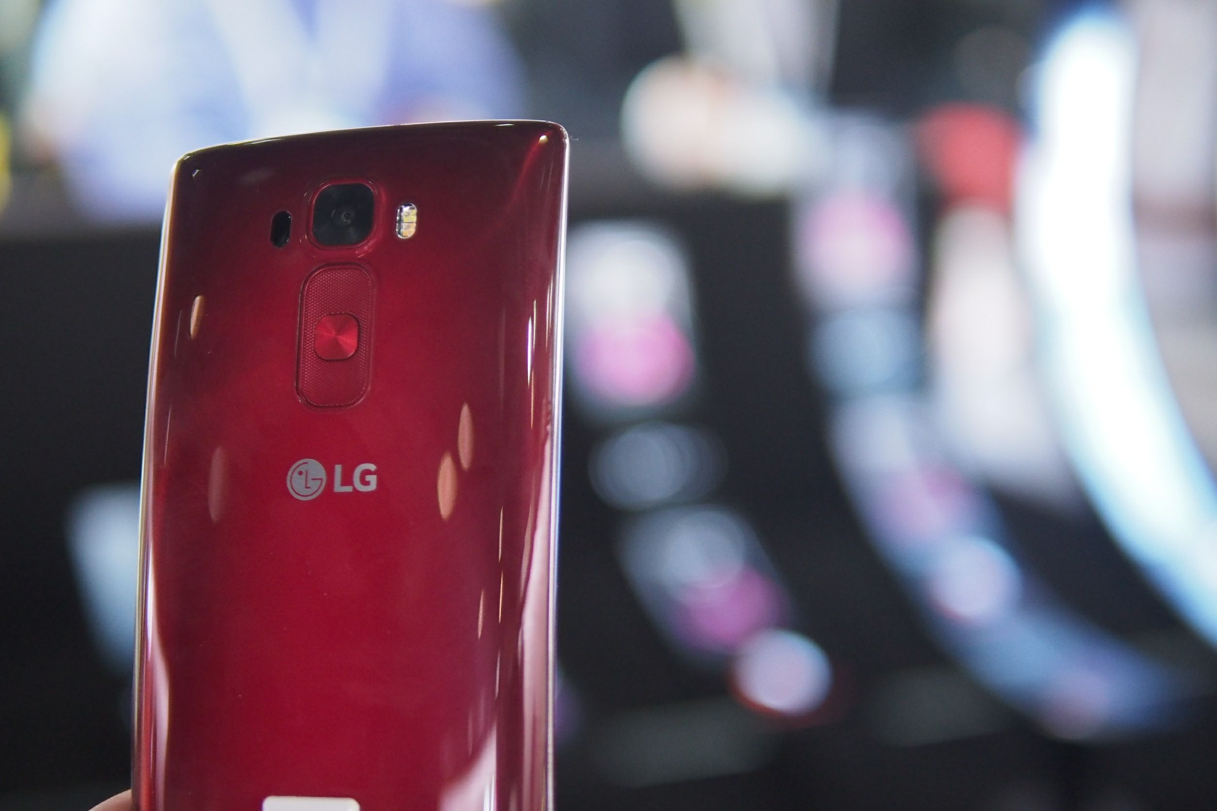 th CES 2015 being all about curved displays, let's not forget the LG line that started it all. We got some hands on time with the new G Flex 2 on the CES show floor, and the phone is as quirky as ever...