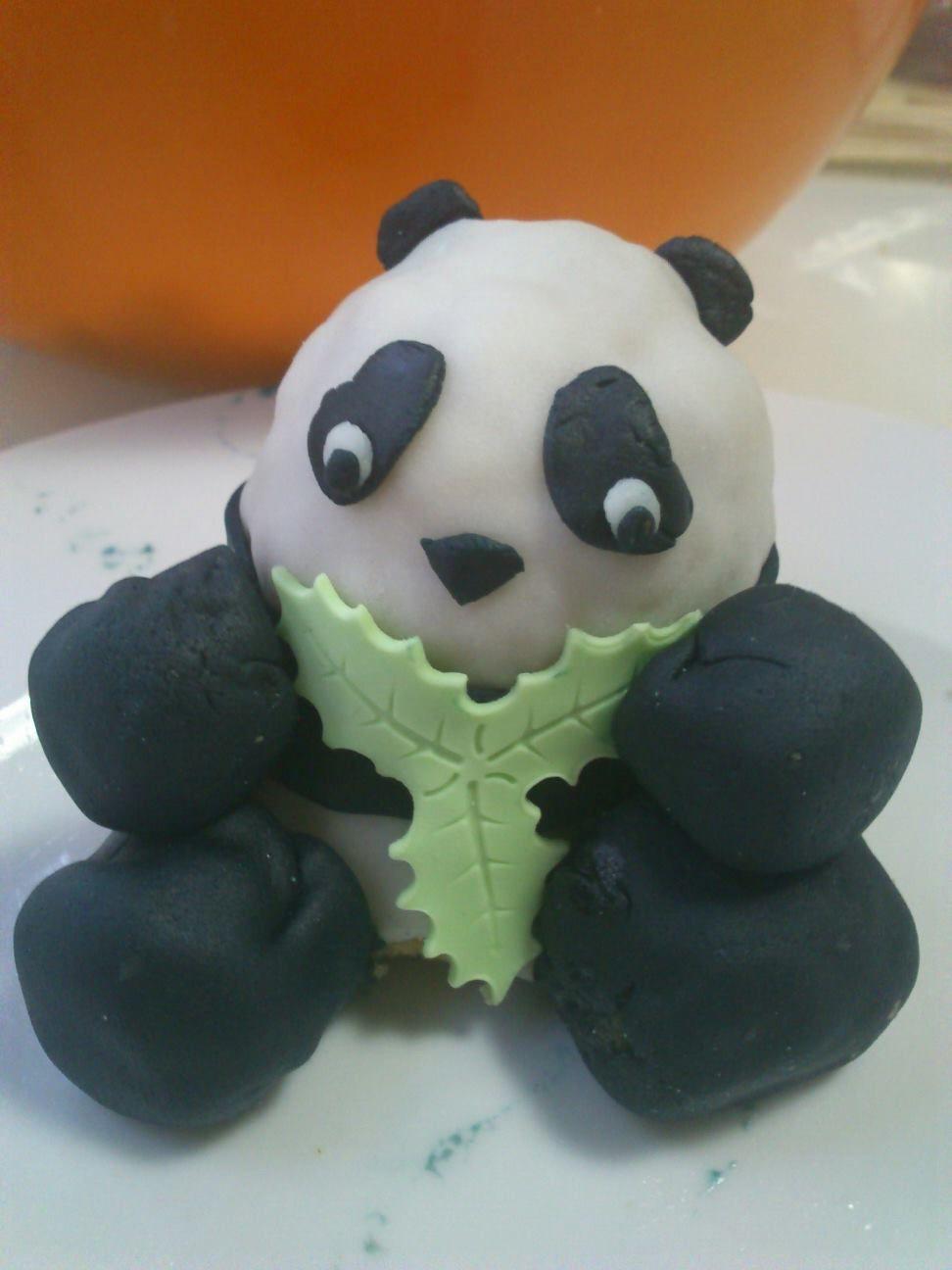 Korrup Tin the panda - Korrup Tin el panda: es el dueño de los mil iglús. A veces amante (de Paca), a veces enemigo (de Paca) y ahora abogado (de Paca) que regurgita bambú suficiente para pagarle. Cree que manda él, pero manda Paca... Próximo proyecto: casino, tiovivo y barco/discoteca en los mil iglús.