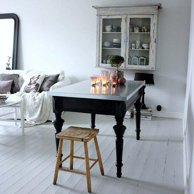 Matrum hemma hos mig , en del i vardagsrummet. Skåp , bord ...