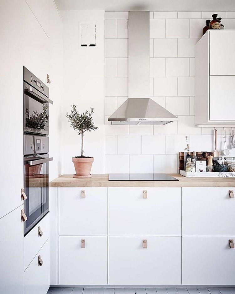 Vitt kök med bänk i ljust trä Kitchen dining area Pinterest Kök, Trä och Inredning
