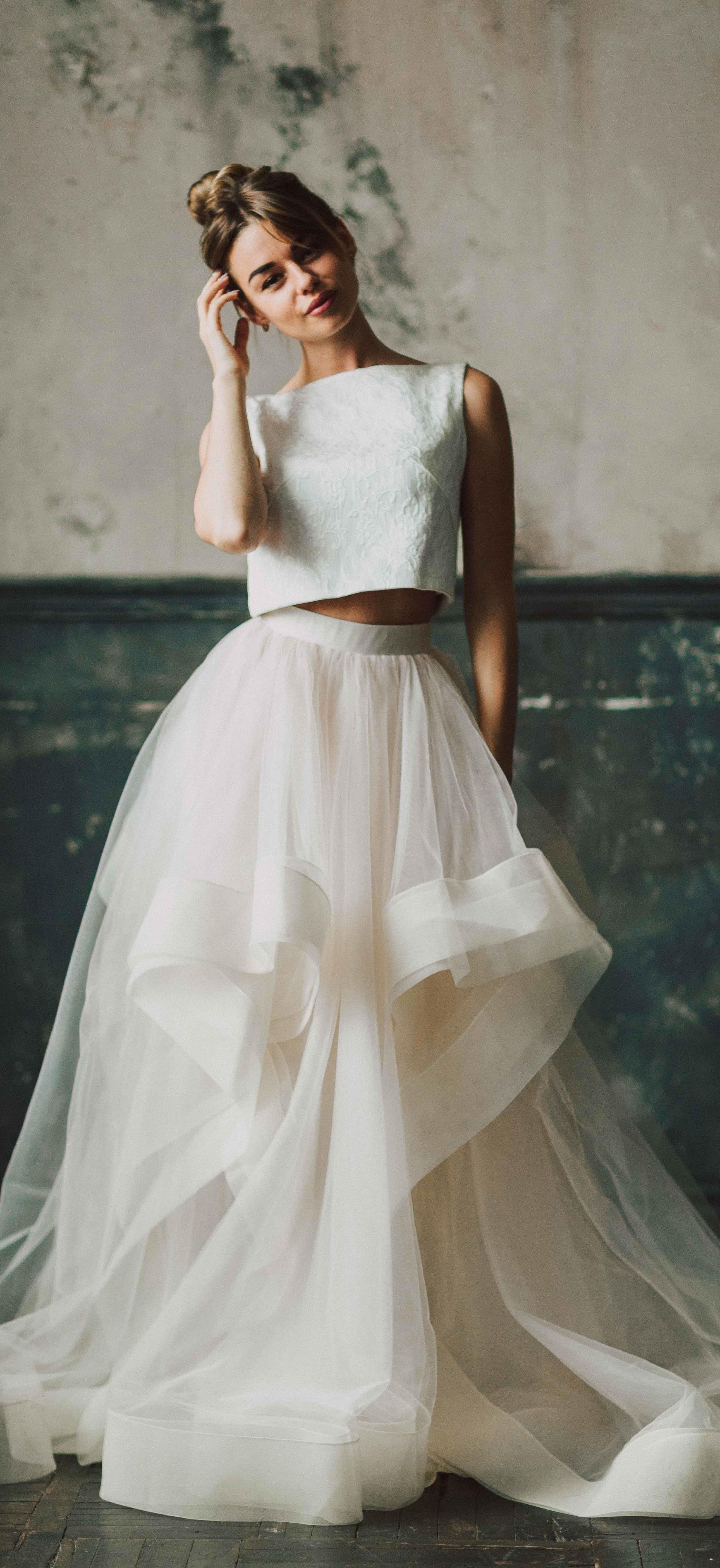 32b69ea2c17 Это раздельное свадебное платье трансформер с воланами от  fataiperya из  коллекции 2018 подходит для тех