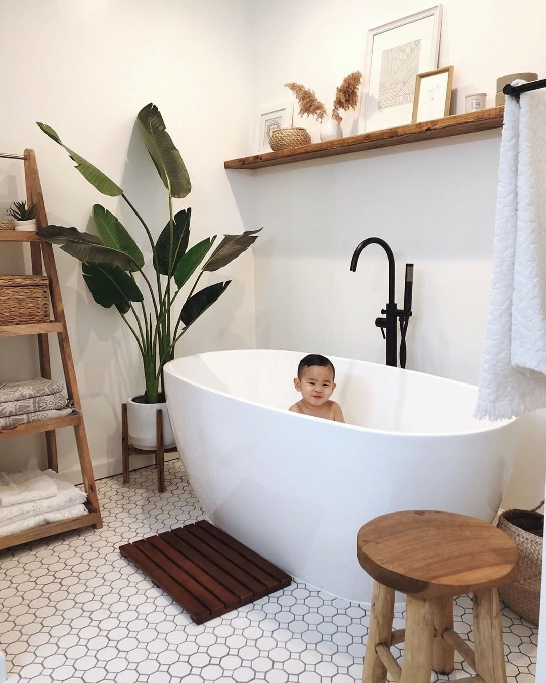 "Isabella Oliver on Instagram: ""The cutest baba in the most beautiful bathroom 📷: @houseoftran  #isabellaolivermama #isabellaoliver #bathtime #bathroomdesign #minimaldecor…"""